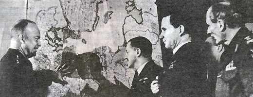 Командование экспедиционных сил союзников в Европе обсуждает план высадки во Францию. Слева направо: Д. Эйзенхауэр, Т. Ли-Мэллори, А. Теддер, Б. Монтгомери. 1944 г.