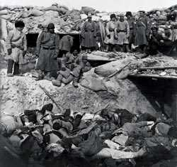 Русские солдаты у братской могилы