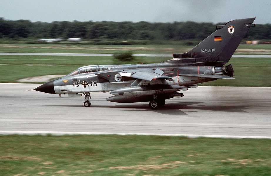 Tornado_MFG1_landing_RAF_Mildenhall_1984.JPEG